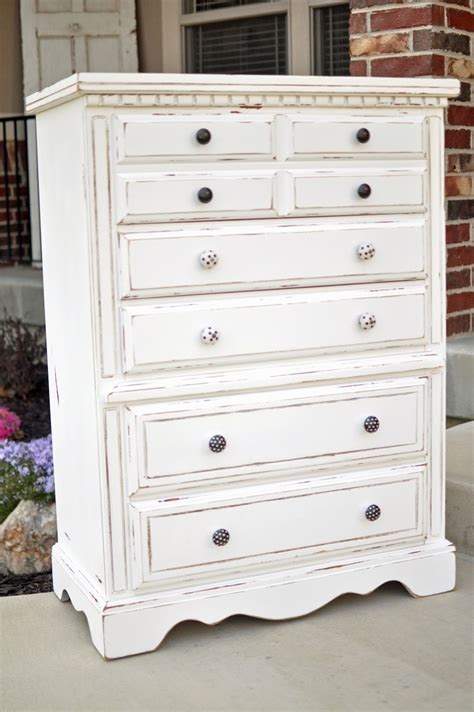 Best Way To Paint A Dresser White by Best 25 White Distressed Furniture Ideas On