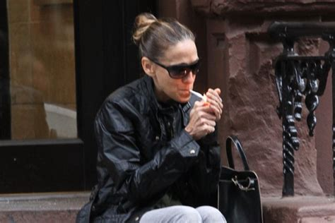 Aretha Juliar Shoes Black fume une cigarette new york octobre