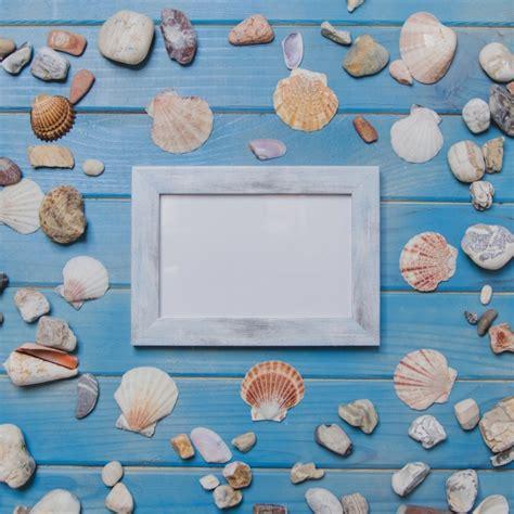 cornice per foto gratis cornice decorativa e conchiglie sulla superficie di legno