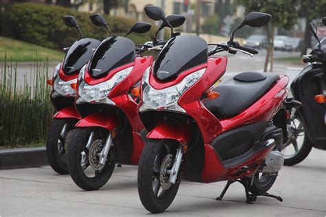 Pcx 2018 Vermelha by Honda Pcx 125 Scooter Review Diy Reviews Motorcycles