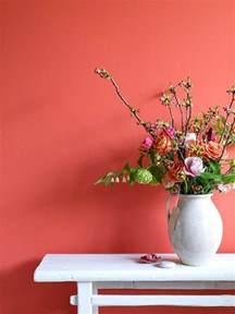 Attractive Salon Gris Et Rose Pale  #9: Mur-saumon-couleur-rose-orange-mur-fleurs-d-intérieur-mur-coloré-meuble-blanc.jpg
