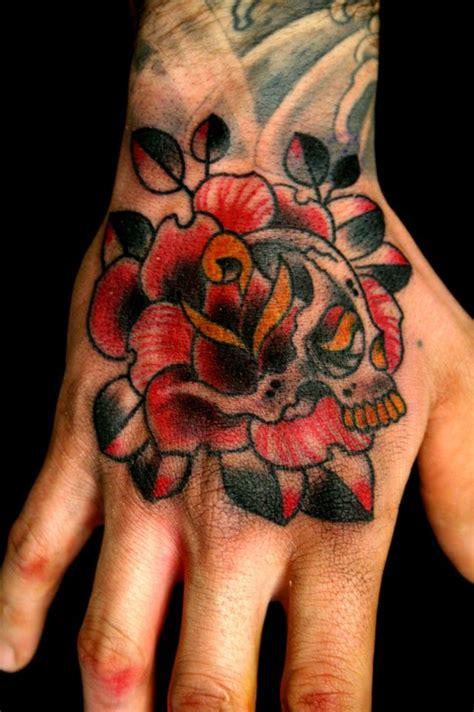 tattoo old school mani tatuaggi con rose significato disegni e immagini