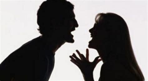 moglie in bagno la moglie entra in bagno dopo il marito poi l accoltella