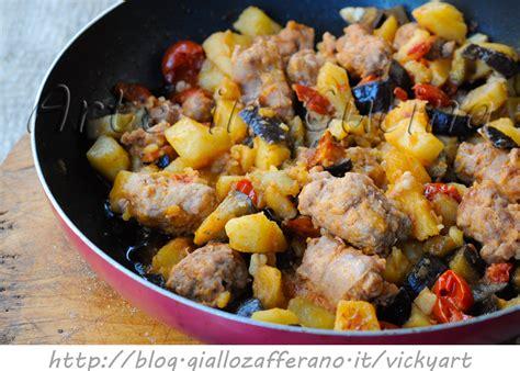 cucinare con la melanzane con patate e salsiccia in padella ricetta facile