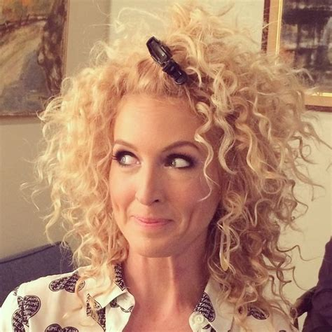 country singer with short hair what kimberly schlapman of little big town uses on her