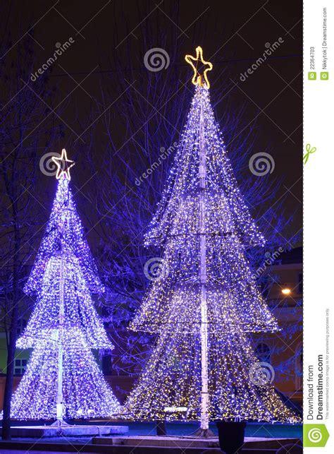 193 rboles de navidad iluminados fotos de archivo imagen