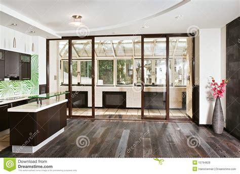 騅ier cuisine r駸ine sala y cocina modernas con el balc 243 n fotos de archivo