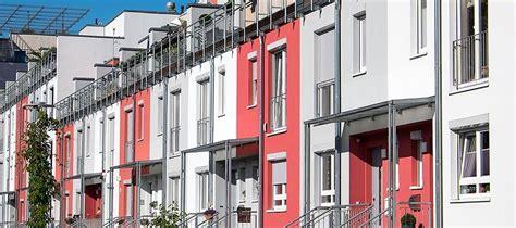fassade rot fassadengestaltung mit fenstern aus holz oder aluminium