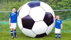 ballon le le plus grand ballon de football du monde foot g 233 ant