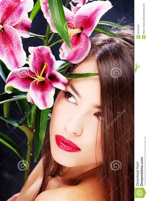 orientali fiori donna con i fiori orientali fotografia stock libera da