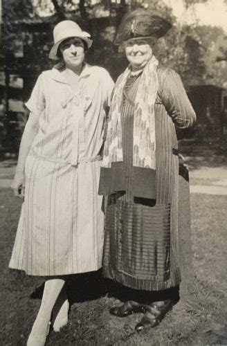 fashion outfits for women in their 20s what did women men wear in the 1920s