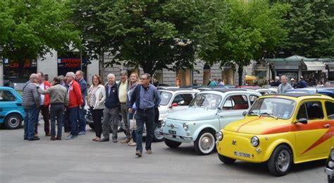 fiat fiori roma raduno delle 500 in piazza tra le bancarelle colorate