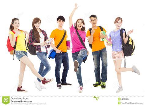 imagenes jovenes alegres estudiantes jovenes felices que colocan una fila imagen de