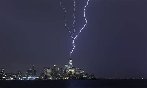 incredible moment lightning strikes  world trade center