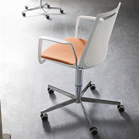 stuhl mit rollen und bremse akami office designer stuhl mit rollen drehbar und