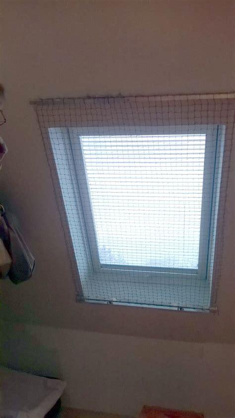 fensterbrett dachfenster ein katzennetz f 252 r dachfenster das katzennetz als rollo