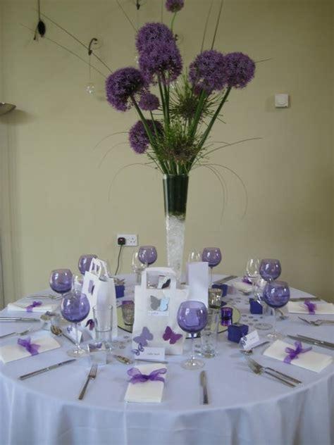 Fioletowe dekoracje sto?u z motylkami i czosnkami