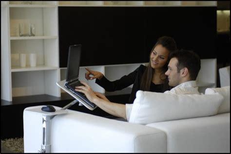 porta computer da divano project l arte a portata di click