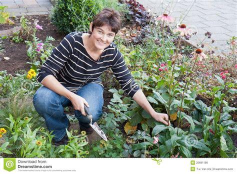 dans le jardin de un femme faisant du jardinage dans le jardin de sa maison photo stock image du position