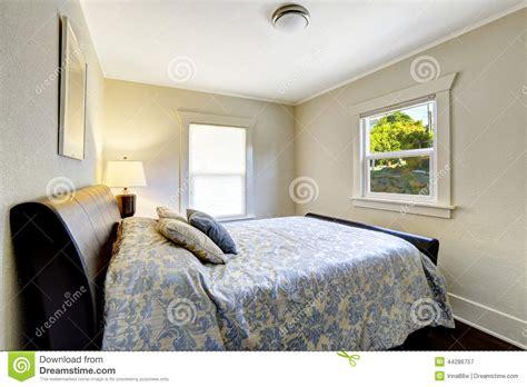schlafzimmer nur bett kleines schlafzimmer mit modernem schwarzem bett stockbild