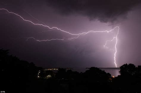 Can You Shower In A Thunderstorm by Uk Weather Thunderstorms Strike The South Coast Daily