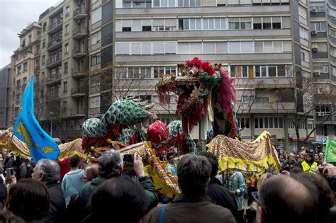 barcelona chion barcelona celebra el a 241 o nuevo chino con un desfile colorista