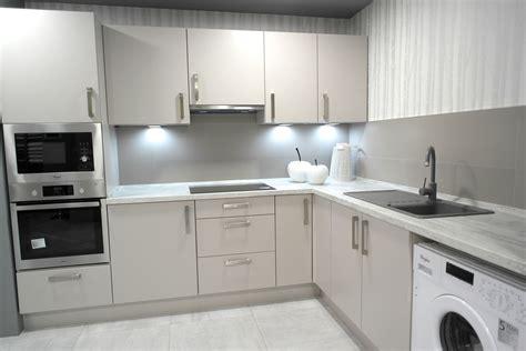 cocina encimera madera cocina en esquina con frente gris claro con encimera de