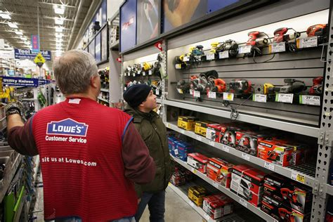 lowes com home depot lowes avoid the retail bloodbath with strong