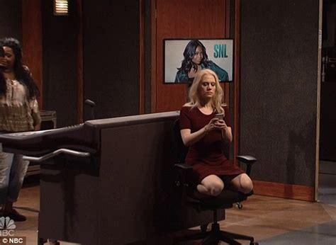Trump S Oval Office Desk by Kate Mckinnon Mocks Kellyanne Conway S Couchgate On Snl
