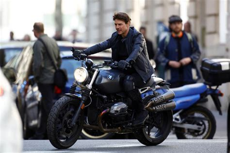 Motorrad Film Top Gun by Tom Cruise Suspended By A Harness And On A Motorcycle On