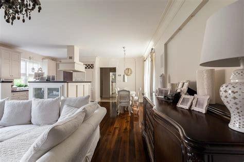 gemütliches sofa wohnzimmer landhausstil dekor
