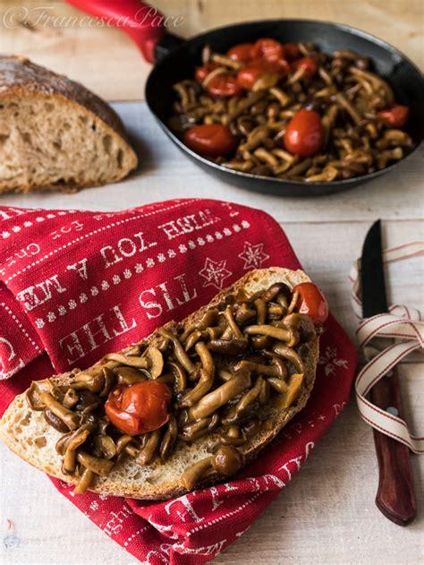 cucinare chiodini funghi chiodini trifolati in padella e il