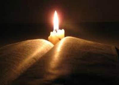candela accesa insieme per non dimenticare con una preghiera