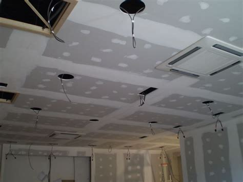 le plafond suspendu en plaques de pl 226 tre faux plafonds