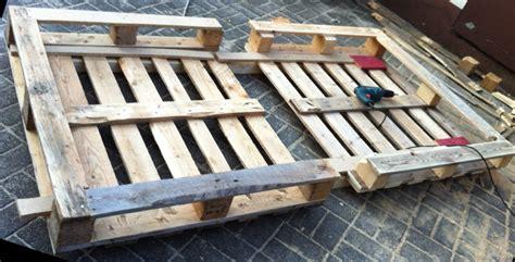 bett aus paletten bauen bett aus europaletten einfache variante palettenbett
