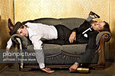 chillen auf dem sofa plainpicture bildagentur f 252 r authentische fotografie