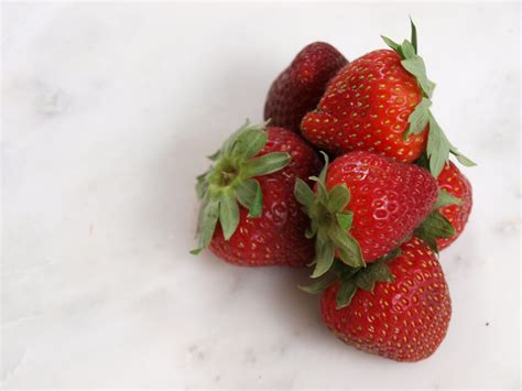 carbohydrates 1 cup of strawberries better snack choices news on org