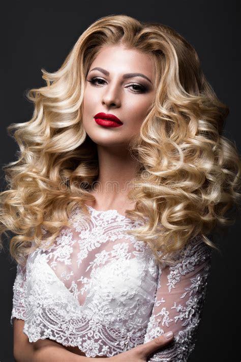 braut rote lippen sch 246 ne blonde braut im hochzeitsbild mit locken rote