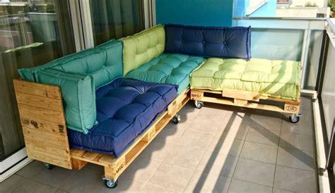 divano con cuscini cuscini divano pallet idee per il design della casa