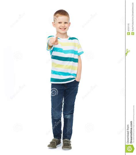 imagenes niños ropa ni 241 o peque 241 o en ropa casual que se 241 ala su finger foto de