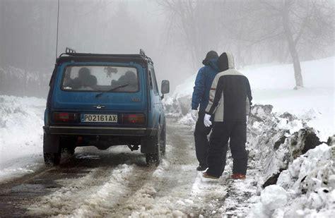 dgt carreteras cortadas la nieve complica el tr 225 fico 24 carreteras cortadas y
