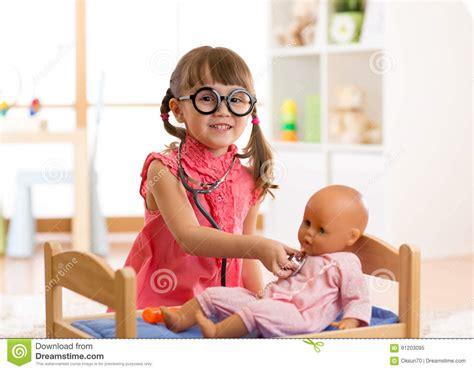 bambino nella bambino nell asilo bambino nella scuola materna bambina