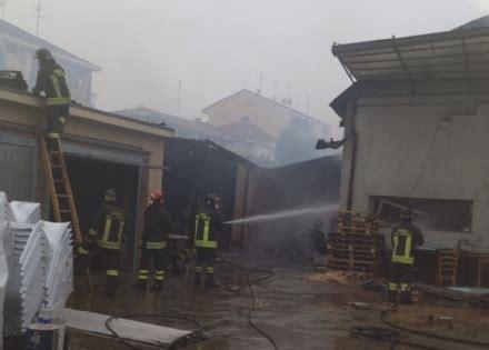 mobili leini leini vasto incendio devasta un azienda di sedie foto