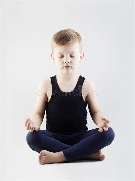 bambino nella ragazzo di bambino nella posizione di loto