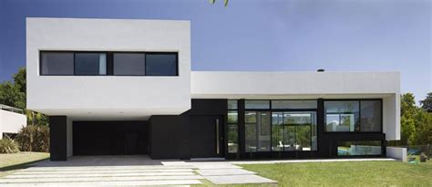 black and white house exterior design grand bell house by andres remy arquitectos keribrownhomes
