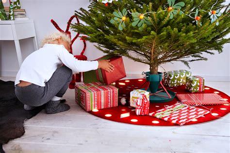 un 225 rbol de navidad decorado con adornos de ikea