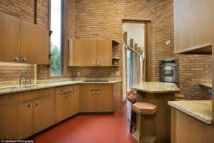 minnesota home built  frank lloyd wright    sale daily mail