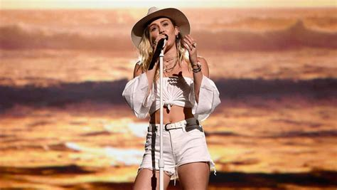 Miley Top miley cyrus llor 243 durante su presentaci 243 n en los billboard