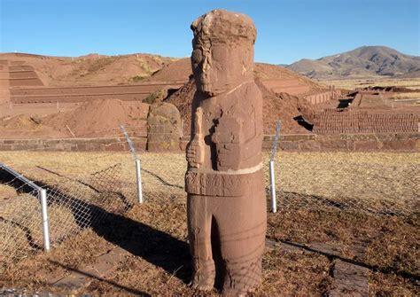 ancora in piedi testo tiwanaco sito archeologico una delle due grandi figure