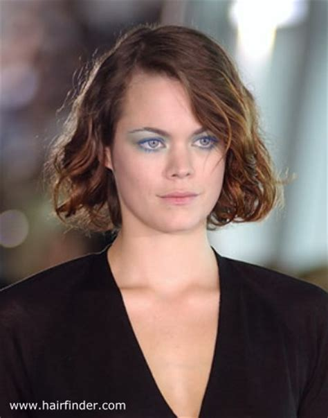 how to get windblown look chin length hair blunt cut chin length hair with an off centered angled parting